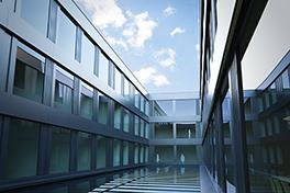 VonRoll/Lichthof/Himmel spiegelt in Fenster